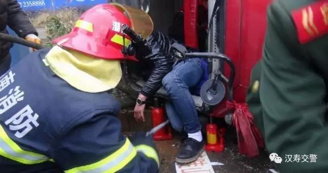 2月2日13时20分,时时彩杀号皇恩娱乐汉寿县公安消防大队接到报警称,汉寿县S205新能源汽车城前货车侧翻,有人员被困。接到报警后,消防部门随即出动1台抢险救援车7名指战员赶赴现场。
